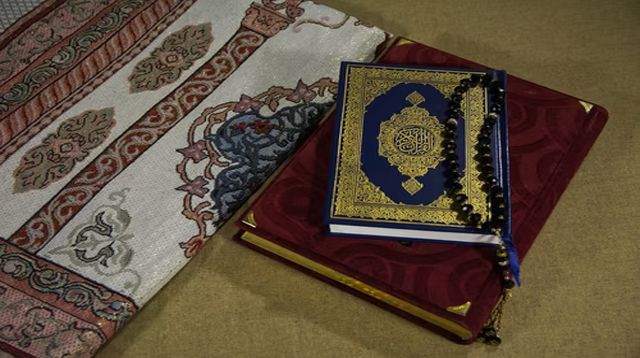 Surah At-Taubah Ayat 122 : Bacaan, Terjemah, Mufradat dan Isi Kandungan